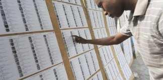 Un Ivoirien consulte des listes électorales (image d'illsutration) © FP / SIA KAMBOU