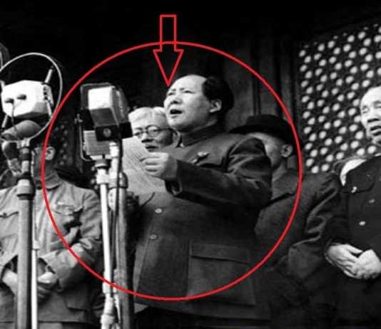 Le 1er octobre 1949, à Pékin, Mao Zedong proclame l'avènement de la République populaire de Chine. Il lance sa proclamation du balcon de la Porte de la Paix céleste, qui donne sur la grande place Tien An Men, non loin de la Cité interdite des anciens empereurs.