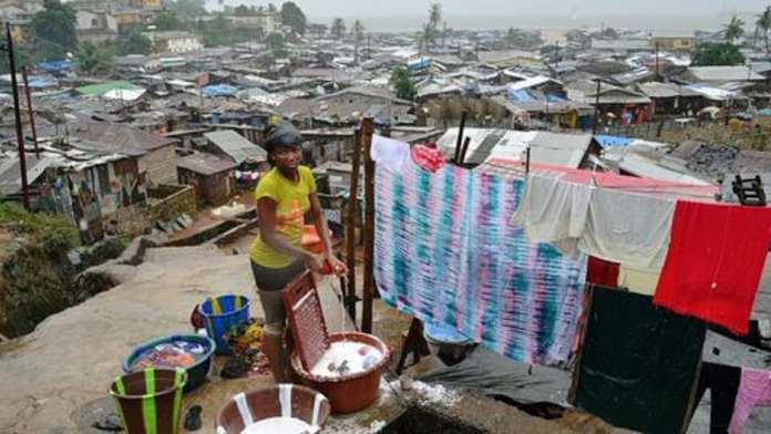 dans-le-bidonville-de-kroo-a-freetown-une-femme-fait-la-lessive