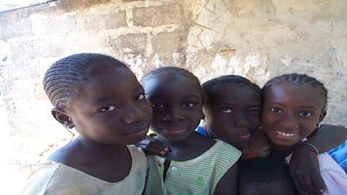 Fillettes mancagnes à Sébikhotane