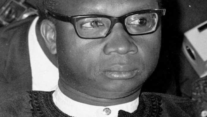 Sir Dawda Jawara , premier dirigeant démocratique de la Gambie, 95 (notables)