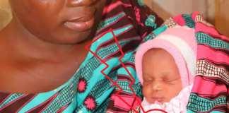 Une mère béninoise et son enfant équipé du bracelet Bempu. Unicef