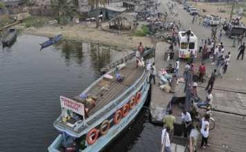 Un bac assure la liaison entre Abidjan et Jacqueville. © Nabil Zorkot/JA