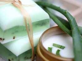 Apprenez-a-fabriquer-du-savon-a-laloe-Vera-pour-eliminer-lacne-et-les-rides-