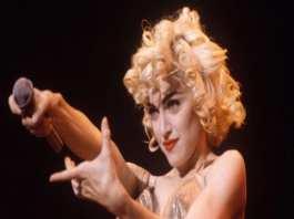 La chanteuse américaine Madonna sur le Blonde Ambition Tour au stade de Wembley (Londres), en juillet 1990