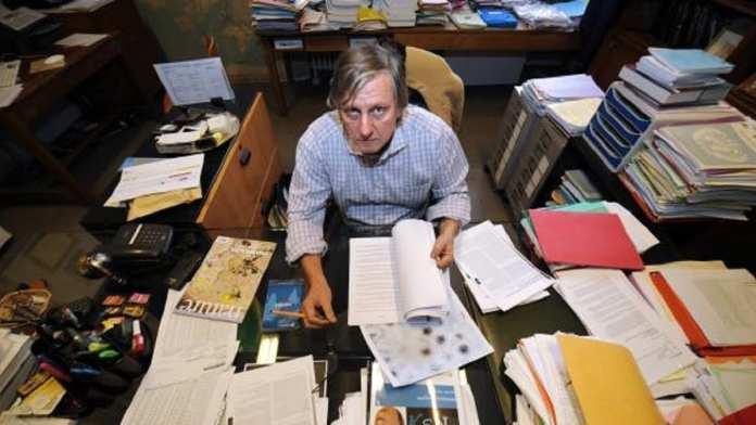 Didier Raoult, dans son bureau de l'Université d'Aix-Marseille, le 16 décembre 2009. (GERARD JULIEN / AFP)