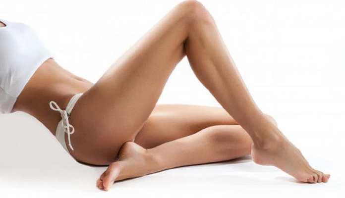 jeune-femme-avec-des-belles-jambes-