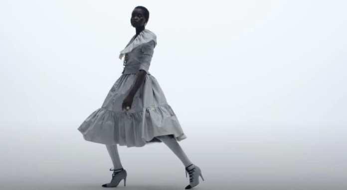 Un extrait de la vidéo présentant la collection Haute Couture Automne