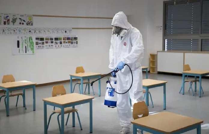 Une école en cours de désinfection à Nice, à cause du Covid-19