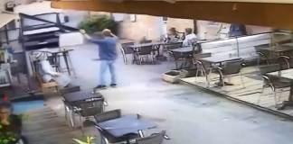 un camion fou fonce sur la terrasse d'un restaurant