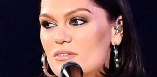 Jessie J est devenue `` complètement sourde '' à l'oreille droite à Noël en raison de la maladie de Ménière