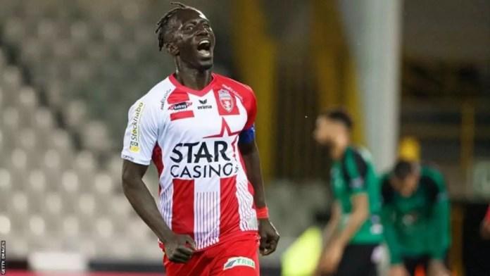Mbaye Lèye célèbre un but pour le club belge Royal Excel Mouscron en 2019