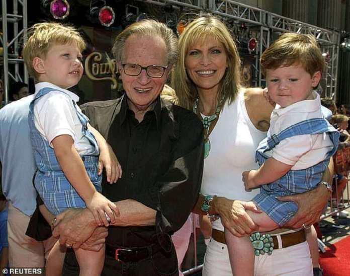 Larry King pose avec sa femme Shawn Southwick et leurs fils Chance Armstrong (L) et Cannon Edward au El Capitan Theatre à Hollywood en 2002