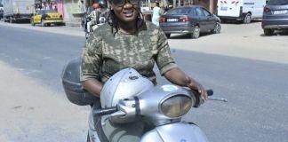 Mame Diarra Thiam alias «Bousso Express», livreuse www.kafunel.com Sur le trajet d'une bosseuse