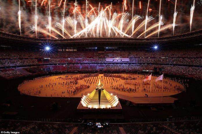 La vaque olympique est allumée lors de la cérémonie d'ouverture des Jeux Olympiques de Tokyo 2020 au stade olympique