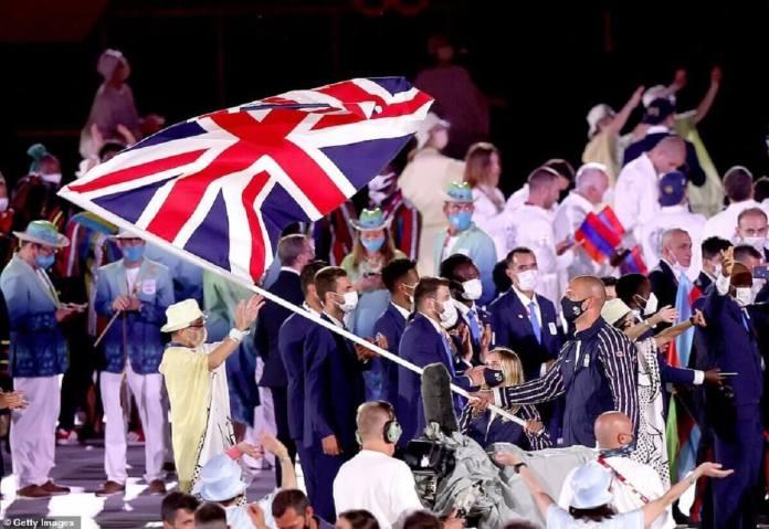 Les porte-drapeaux Hannah Mills et Mohamed Sbihi de Team Great Britain mènent leur équipe lors de la cérémonie d'ouverture des Jeux Olympiques de Tokyo 2020