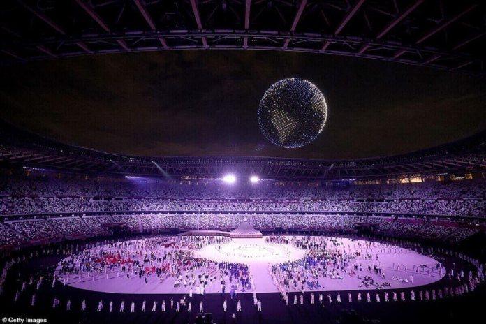 Un globe, formé de milliers de drones volants, se forme au-dessus du stade olympique de Tokyo dans un spectacle d'un autre monde lors de la cérémonie d'ouverture
