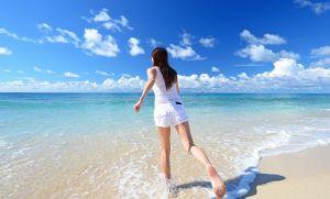 海岸をかける女性