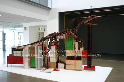 GOMAの恐竜と本棚のアート