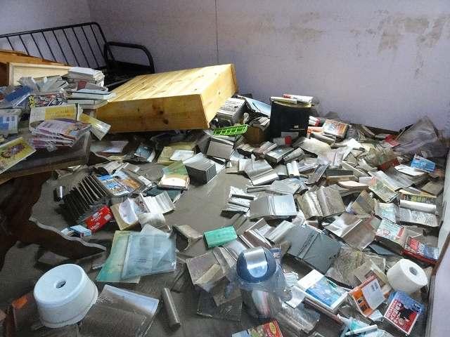 洪水で散乱した書籍や家具など