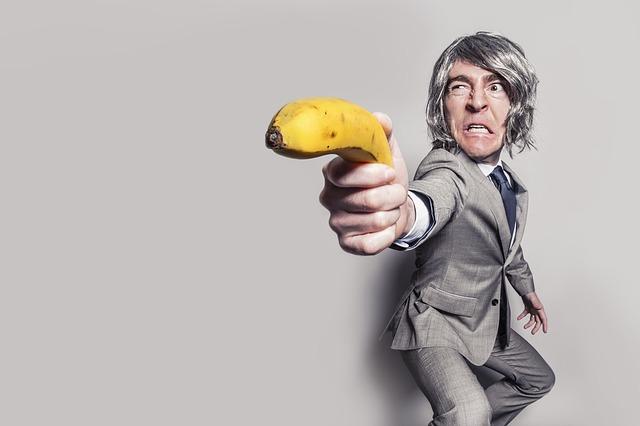 バナナを拳銃みたいに持つ男
