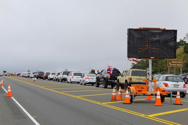 マウナケア山抗議デモでハイウェイを封鎖する車たち