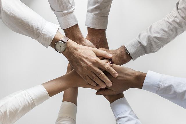 手を取り合う人々