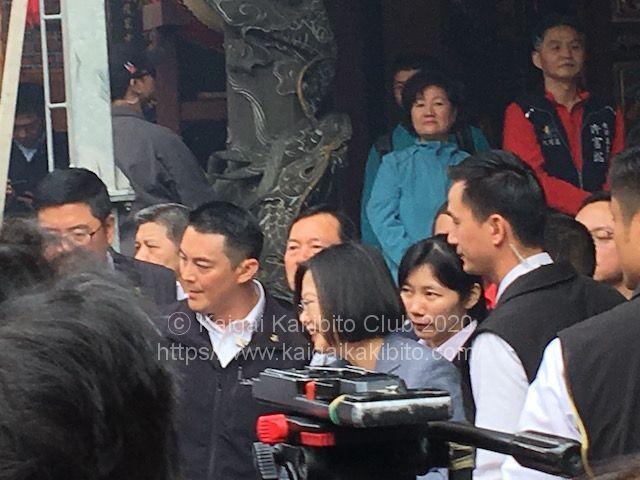 1月25日に台北市内の寺院で総統府のお年玉袋を配布する蔡英文総統