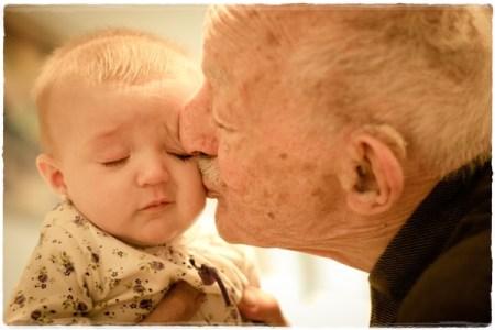 子どもにキスするおじいちゃん
