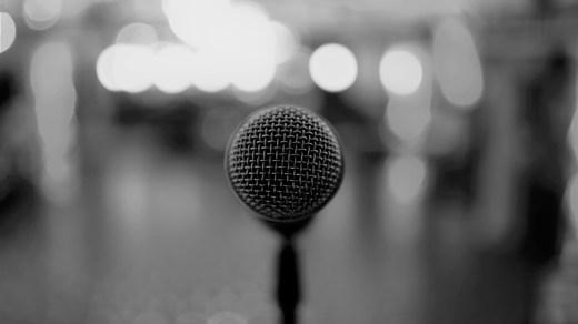 Mikrofon vor einer leeren Tanzfläche