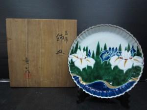 菖蒲図飾皿 竜山作 在銘 皿立て付き 共箱 直径 約24.7cm 中古品