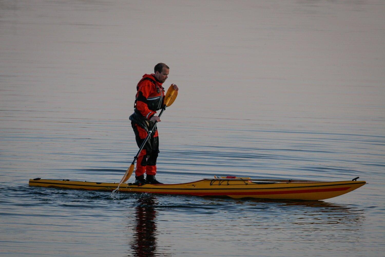 Göran Pehrson från Skim Kayaks ståupppaddlar