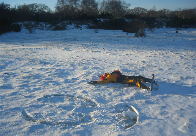 Nakensnöänglar är såklart att föredra men ibland kan det var gött med torrdräkt även i snön :)