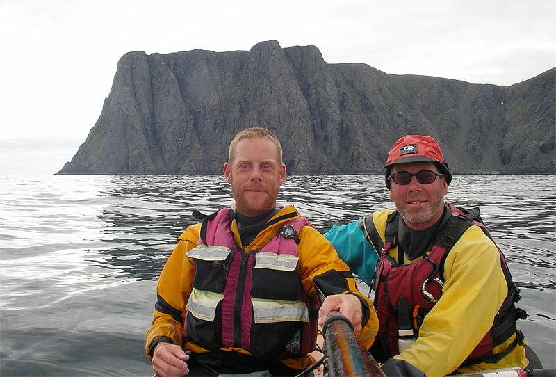 Johan och Mircea med Nordkappsklippan i bakgrunden.