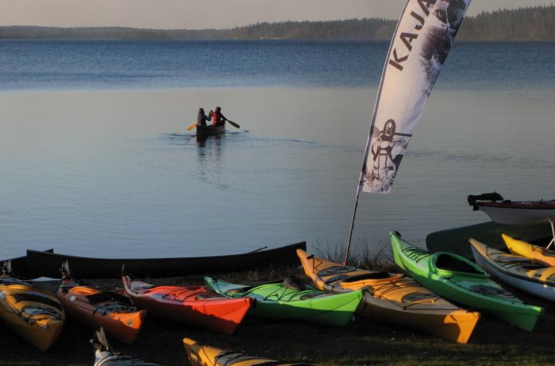 Kajaker vid sjön