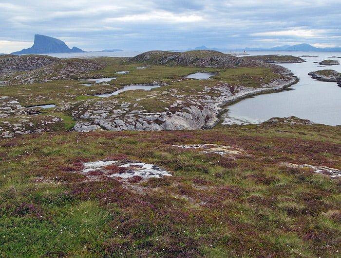 Vy från Kvitmåsøya på Åsvær mot Lovund