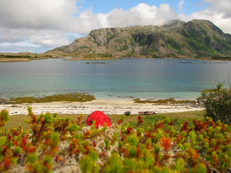 Läger på Hjertøy med Tomma i bakgrunden