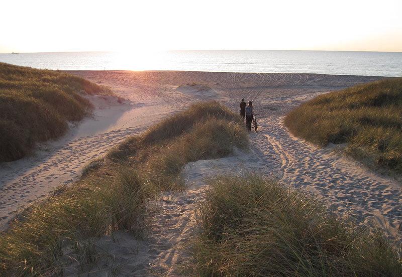 På väg ner mot stranden strax söder om Klitmøller