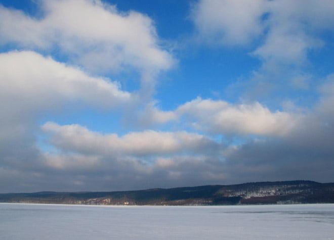 Promenad vid/på Västersjön; för lite snö för skidor, för mycket för skridskor men lagom för promenad