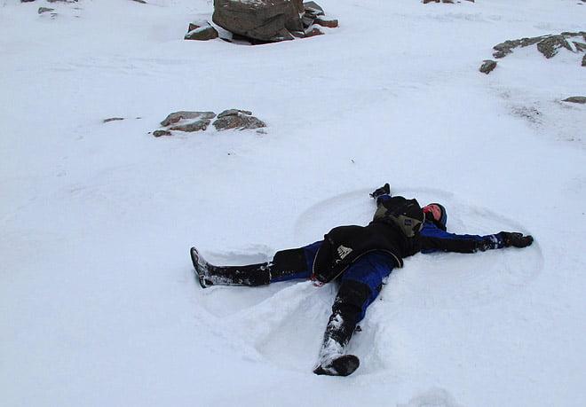 Klart att vi måste göra snöänglar!