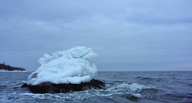 Höga isformationer mitt i havet