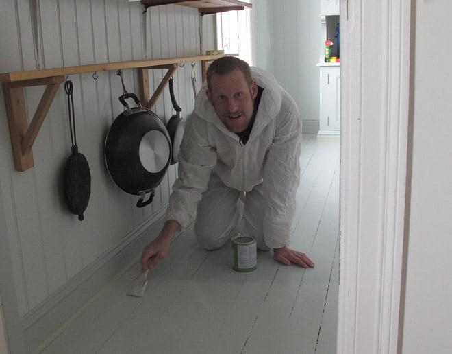 Johan målar golv i fyrhusets kök