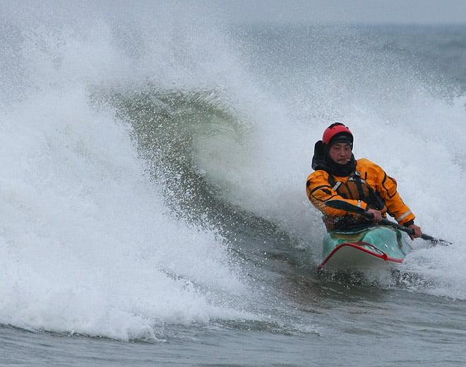 Jesper Tilsted (en av arrangörerna) surfar vid Agger strax söder om Klitmøller