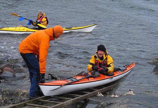 Erik hjälper Johan att komma i vattnet