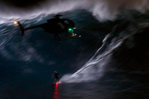 Mark Visser surfar en 12-15 fots våg på Maui i mörkret