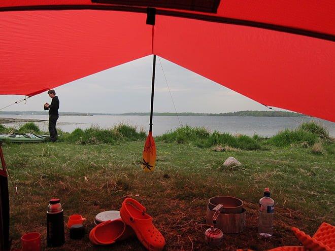 Vy under tarpen. Hilleberg UL10 i rött.