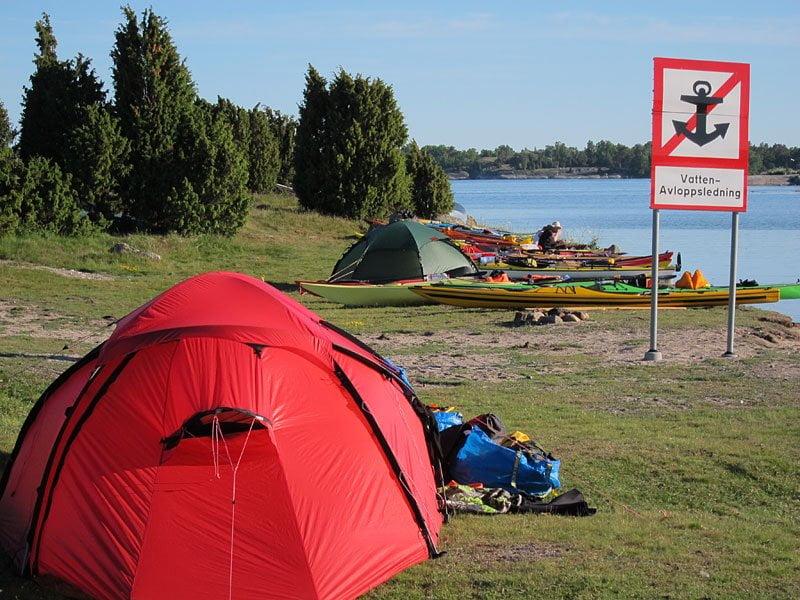 Med stort tält vill man vatten och avlopp så vi tältade vid den skylten