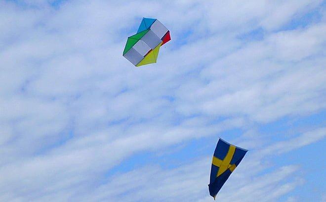 Ambitiöst att ha med drake som håller upp flaggan. Syntes på långt håll!