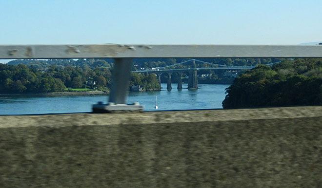 Ser Menai Bridge från tåget på väg mot Manchester
