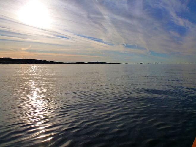 Fin himmel och platt vatten